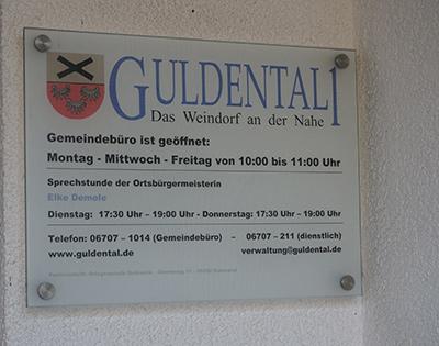 Eingangsschild mit Öffnungszeiten Gemeindeverwaltung